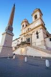 Kyrka av den Trinita deien Monti och den egyptiska obelisken i Rome Fotografering för Bildbyråer