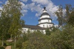 Kyrka av Elijah profeten på det kyrkogårdTsypinskom Kirillov området av den Vologda regionen, Ryssland Arkivbild