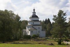 Kyrka av Elijah profeten på kyrkogården Tsypinskom, Kirillov område, Vologda region, Ryssland royaltyfria foton