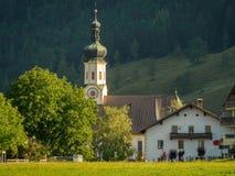 Kyrka av Erl i Tirol i sommar arkivbilder