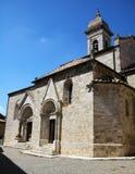 Kyrka av helgon Quirico och Giulitta i San Quirico D 'Orcia, Tuscany, Italien royaltyfria bilder