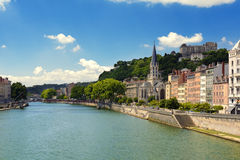 Kyrka av helgonet Georges och Saone River, Lyon, Frankrike Royaltyfria Foton