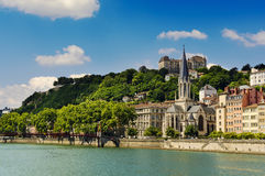 Kyrka av helgonet Georges och Saone River, Lyon, Frankrike Arkivfoto