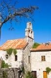 Kyrka av heliga jungfruliga Mary i mitt av den gamla staden Budva Arkivfoton