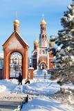 Kyrka av Kristi födelsen i den Nizhnevartovsk staden under vinter Arkivbild