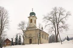 Kyrka av kyrkan för St Wenceslaus i Harrachov för republiktown för cesky tjeckisk krumlov medeltida gammal sikt Arkivfoton