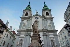 Kyrka av Mariahilf med statyn av Franz Joseph Haydn Royaltyfri Fotografi