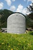 Kyrka av Mogno på de schweiziska fjällängarna Fotografering för Bildbyråer