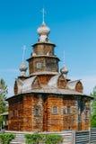 Kyrka av omgestaltning i gammal rysk stad av Royaltyfri Bild