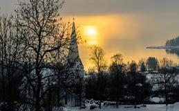 Kyrka av reflekterat solljus i bakgrunden Arkivfoto