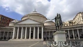 Kyrka av San Francesco di Paola och staty av konungen Ferdinand I Royaltyfria Bilder