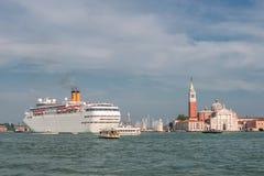 Kyrka av San Giorgio Maggiore och stort kryssningskepp, Venedig, Ital fotografering för bildbyråer