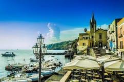 Kyrka av San Giussepe och förtöja av marina på ön av li royaltyfria bilder