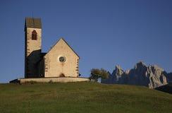 Kyrka av Sankt Jacob i Val di Funes Arkivfoto