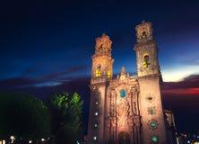 Kyrka av Santa Prisca i Taxco på skymning Royaltyfri Fotografi