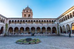 Kyrka av Santo Domingo, Coricancha, Cusco, Peru, Sydamerika. Byggande fördärvar på av den Incan templet av solen. Royaltyfria Foton