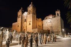 Kyrka av Santo Domingo de Guzman på natten i Oaxaca, Mexico royaltyfria bilder