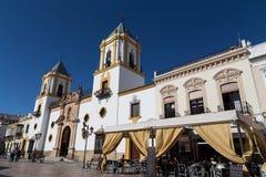 Kyrka av Socorro och Plaza i Ronda, Spanien arkivbilder