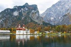 Kyrka av St Bartholomew på sjön Koenigssee Royaltyfria Bilder