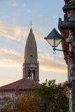 Kyrka av st Daniel i en gammal Karststad av Stanjel, Slovenien Arkivfoto