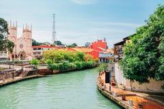 Kyrka av St Francis Xavier och kanal i Malacca, Malaysia arkivfoto
