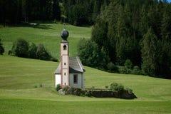 Kyrka av St John av Nepomuk i södra Tyrol Royaltyfri Bild
