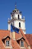 Kyrka av St John och flagga av EU, Vilnius, Litauen Fotografering för Bildbyråer