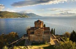 Kyrka av St John på Kaneo i Ohrid macedonia fotografering för bildbyråer