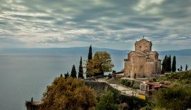Kyrka av St John teologen - på Kaneo, Ohrid royaltyfri foto