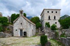 Kyrka av St Jovan och slotten, gammal stång, Montenegro arkivfoton