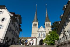 Kyrka av St Leodeger eller Hofkirche, romare - katolsk kyrka som byggs i århundrade för th 17 Royaltyfria Foton