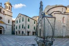 Kyrka av St Luke och fyrkanten i Kotor royaltyfria bilder