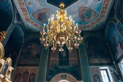 Kyrka av St Nicholas, den stora guld- eller bronsljuskronan i templet eller domkyrkan Royaltyfri Bild