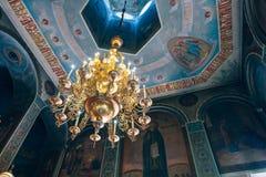Kyrka av St Nicholas, den stora guld- eller bronsljuskronan i templet eller domkyrkan Arkivbilder