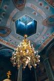 Kyrka av St Nicholas, den stora guld- eller bronsljuskronan i templet eller domkyrkan Royaltyfria Foton