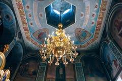 Kyrka av St Nicholas, den stora guld- eller bronsljuskronan i templet eller domkyrkan Royaltyfri Fotografi