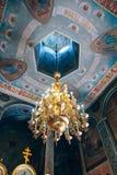 Kyrka av St Nicholas, den stora guld- eller bronsljuskronan i templet eller domkyrkan Fotografering för Bildbyråer