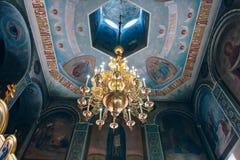 Kyrka av St Nicholas, den stora guld- eller bronsljuskronan i templet eller domkyrkan Arkivfoton
