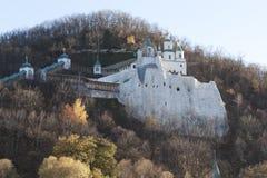 Kyrka av St Nicholas på kritakullen Svjatogorsk Arkivfoto
