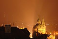 Kyrka av St Nicholas, Prague arkivbild