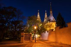 Kyrka av St Peter och St Paul på natten, Vysehrad, Prague, Tjeckien Royaltyfri Foto