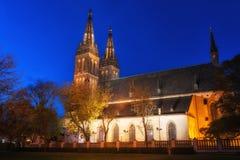 Kyrka av St Peter och St Paul på natten, Vysehrad, Prague, Tjeckien Royaltyfria Bilder