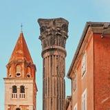 Kyrka av St Simeon och historisk pelare i den gamla staden av Zadar, Kroatien Arkivfoto