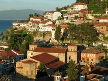 Kyrka av St Sophia och den gamla staden i morgonsolljus, Ohrid kuster för sjö` s arkivbild