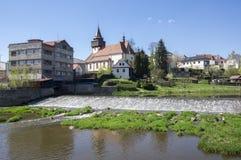 Kyrka av St Wenceslas i staden Svetla nad Sazavou, klockatornet, grönska och blå himmel, flod Sazava Royaltyfria Foton