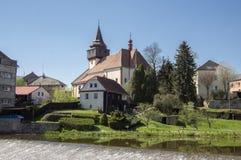 Kyrka av St Wenceslas i staden Svetla nad Sazavou, klockatornet, grönska och blå himmel, flod Sazava Fotografering för Bildbyråer