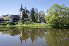 Kyrka av St Wenceslas i staden Svetla nad Sazavou, klockatornet, grönska och blå himmel, flod Sazava Royaltyfria Bilder