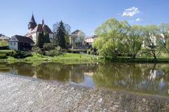 Kyrka av St Wenceslas i staden Svetla nad Sazavou, klockatornet, grönska och blå himmel, flod Sazava Royaltyfri Foto