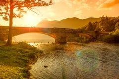 Kyrka av Sv John The Baptist och en bro vid Bohinj sjön Arkivbild