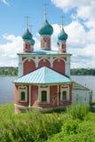 Kyrka av symbolen av modern av guden av den Kazan closeupen på bankerna av Volgaen Tutayev Ryssland Royaltyfria Foton